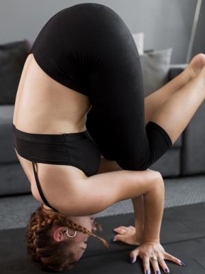 femme faisant équilibre sur la tête